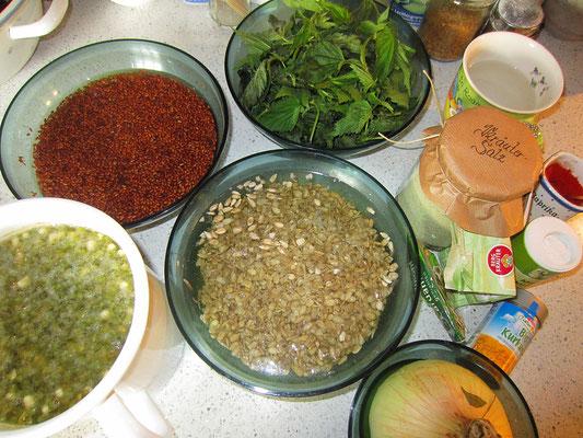zutaten: zwei tage eingeweichte mungbohnen, einen tag eingeweichte sonnenblumenkerne und leinsamen; brennnesselblätter; kräutersalz; wasser; zwiebel; knoblauch; div. gewürze