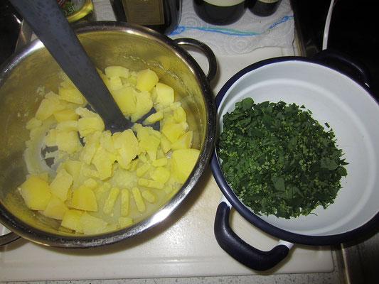 kartoffeln mit einem stampfer zum püree machen - macht den teig saftig