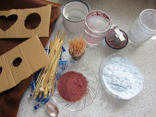 bonbons und rosenblüten werden mit einem mixer zerkleinert/gemahlen