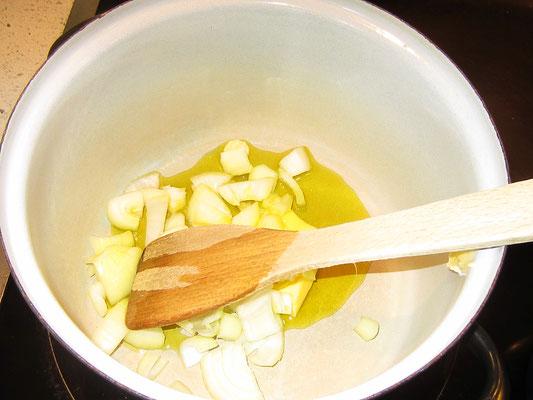 grob geschnittene zwiebel in butter, olivenöl anschwitzen