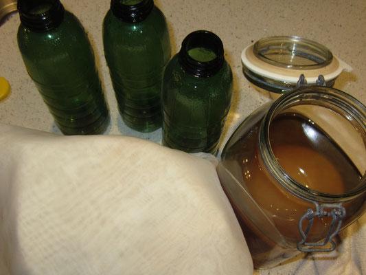 man benötigt dazu: gefäß mit schnabel, sieb, tuch, flaschen mit verschluss (plastikflaschen bevorzugt, da sich komucha ausbreiten kann - kohlensäure)