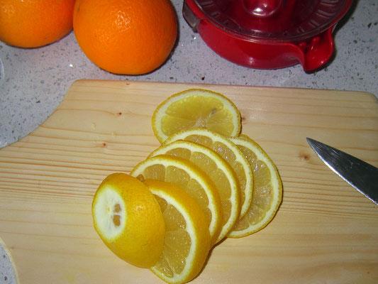 1/2 zitrone - waschen - aufschneiden - mit der schale in den behälter geben