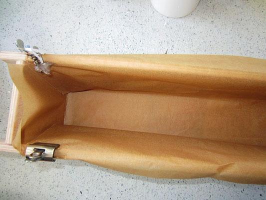 holzform mit backpapier auslegen - dient als schutz für die form
