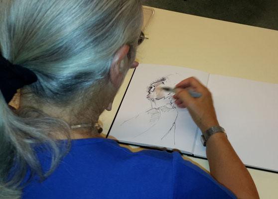 Rosmarie am Porträtieren von Johanna