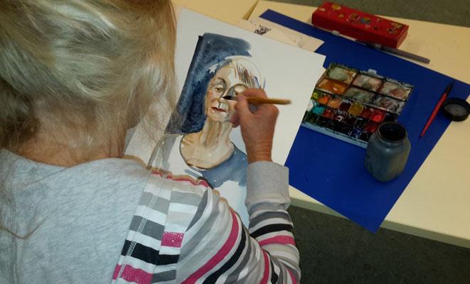 Corina am Porträtieren von Johanna