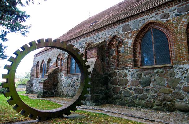 Alte Kirche mit moderner Kunst