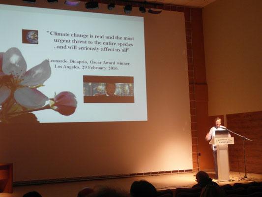 Dr. M. Blanke präsentierte die Veränderung bzw. Verfrühung der der Kirschblüte aus Klein-Altendorf im Vergleich zu anderen Sorten und Standorten und gab einem Ausblick, der vom Auditorium als 'inspiring talk' aufgenommen wurde.