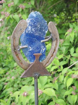 Gartenstele aus Hufeisen, Glaskristall und Schrottfunden