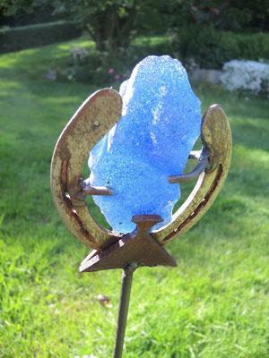 je nach Lichteinfall leuchtet der Kristall in verschiedenen Blautönen