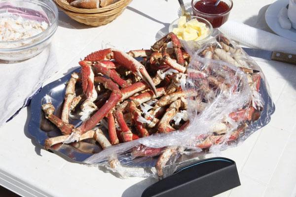 Krabbenbeinen wird das Fleisch entfernt.