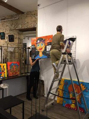 Malagarty en cours d'installation à la galerie Espace 361°