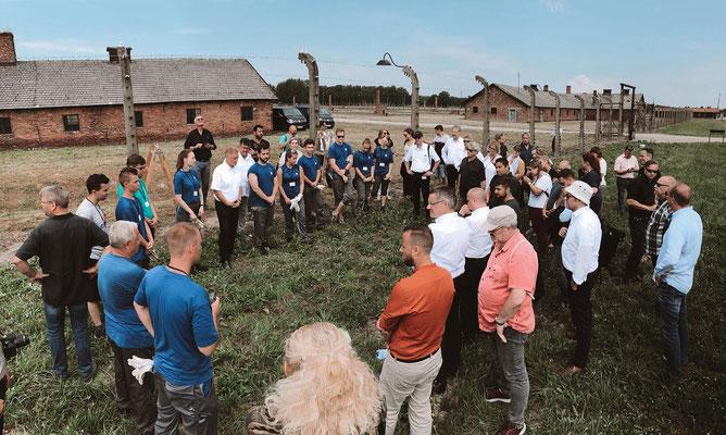 Heute stand der Besuch im ehemaligen Vernichtungslager in #Birkenau an. Die #Azubis von #Volkswagen erneuern dort den Stacheldraht an Zäunen, um die Gedenkstätte vor dem Zerfall zu retten.