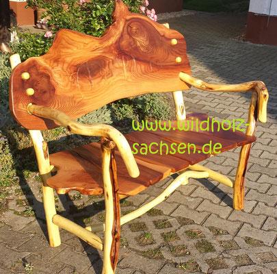 Bank vogtländische ULME (Sitz und Rücken) sowie Robinienholz (Gestell) mit raffinierten Details