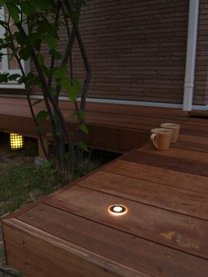 シンボルツリーに寄せて照明を埋め込み。夕闇のウッドデッキも楽しめます。