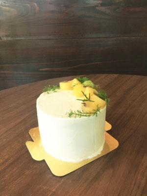 12cm 夏がぴったりの元気な女の子へのバースデーケーキ。2種類のキウイで。カモミールの飾り付けで涼しさも少し演出しました。