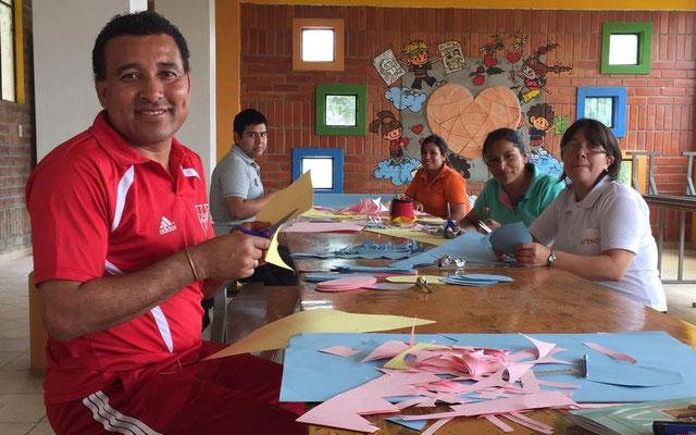 Gemeinsam wird neues Lernmaterial vorbereitet. Foto: Cisol 2015