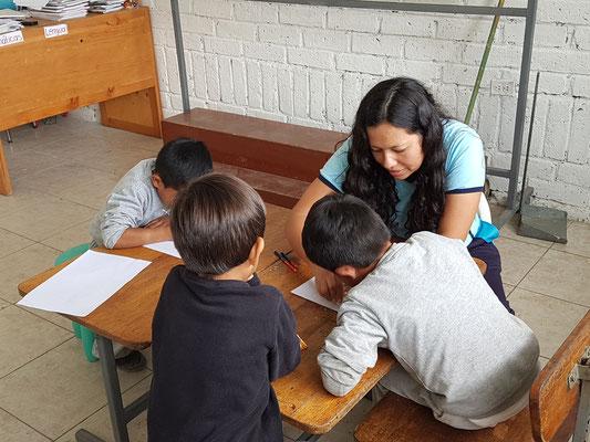 Schule Educare - die neue Schulleiterin Monica Balbuca im Unterricht