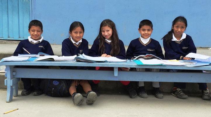 Muss in einem Schulzimmer etwas repariert werden, wird der Unterricht ganz unkompliziert im Schulhof fortgesetzt. Foto: Cisol 2015