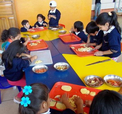 Gemeinsam kochen und dabei lernen, wie wichtig eine gesunde Ernährung ist. Foto: Cisol 2015