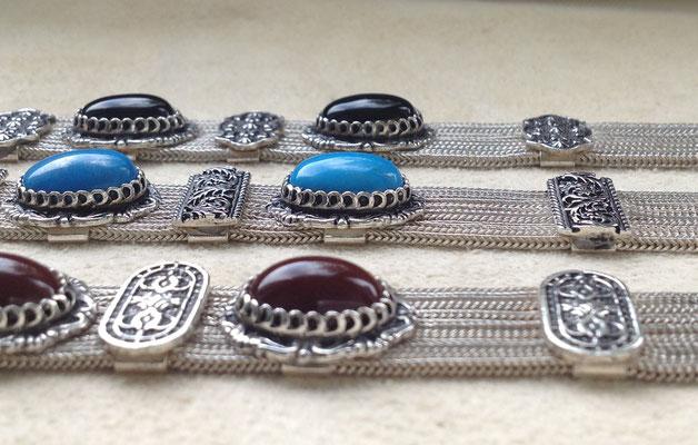 Bunte Mineralsteine an massiven Silberarmbändern, auch zu modischen Dirndeln, i-must-have.it