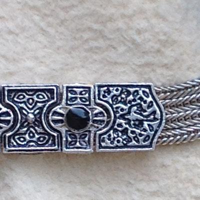 Silberarmbänder mit bunten Agraffen