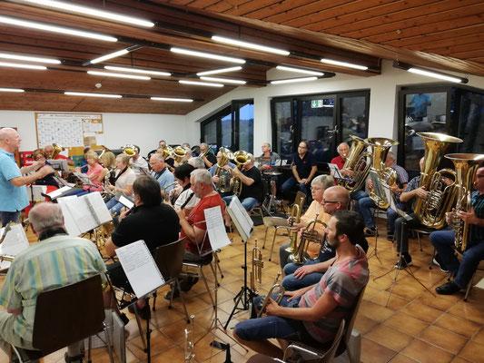 """Erste gemeinsame Musikstunde mit den """"Ehemaligen"""" für den Bunten Blasmusikabend"""
