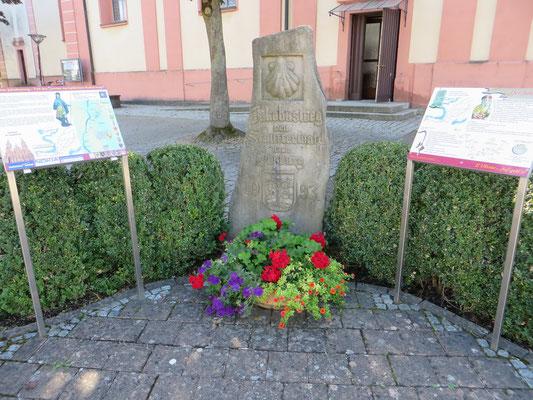 Jakobusstein vor der Kirche