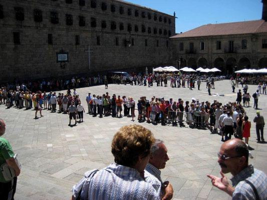 Pilger vor Porta Santa auf der Praza de Praterias