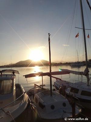 Blick auf den Hafen bei Sonnenuntergang
