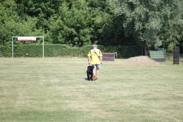 Hundeführer und Hund laufen in Freifolge zur Ausgangsposition.
