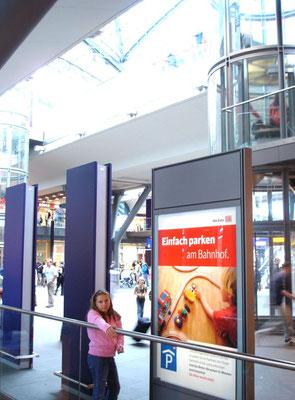 Mehrere Citylight-Poster am Berliner Hauptbahnhof.