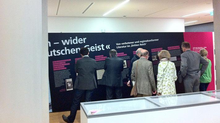 Interessierte Ausstellungsbesucher