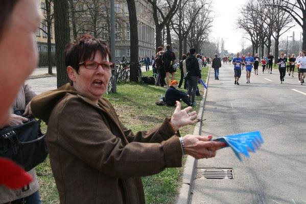 Brigitta macht Stimmung und spricht die Läufer konkret an