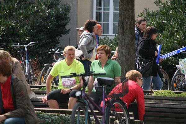 Zwei 10-km-Läufer noch vor dem Start. Die Halbmarathon läuft schon.