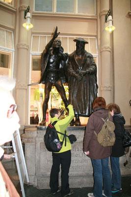 Eingang zum Auerbachkeller mit Faust und Mephisto