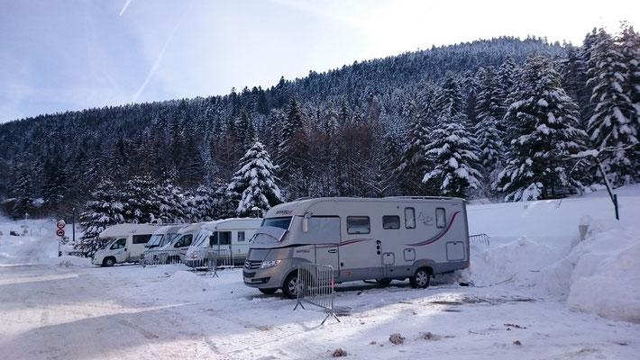 aire de stationnement pour camping-car située face à la réception (à l'extérieur du camping) avec sanitaires et électricité