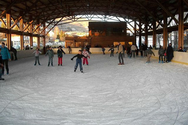 Patinoire au centre ville de La Bresse (4km) : 600 m2 de glace naturelle sous une halle couverte