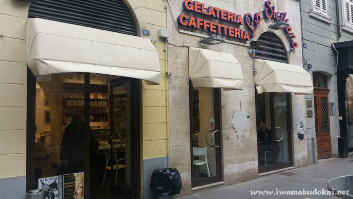 La vetrina esterna della Gelateria Pasticceria La Siciliana.