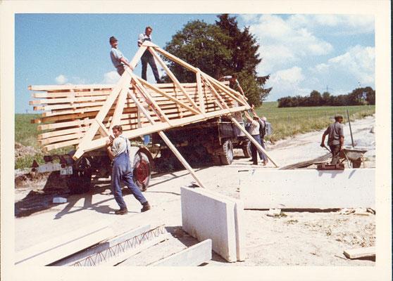 Aufladen der Dachbinder für die Ferienhäuser des Feriendorfes Reichenbach