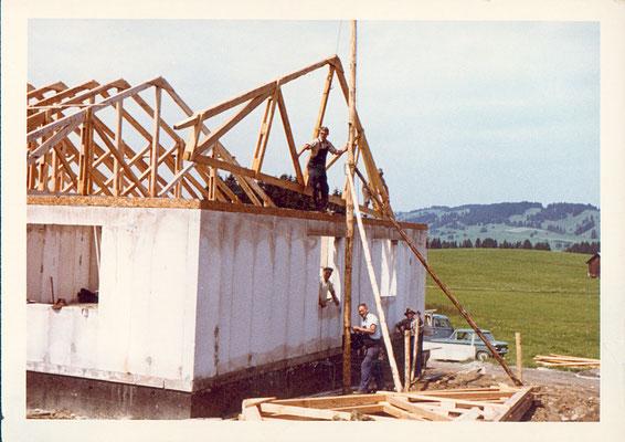 Austellen der Dachbinder im Feriendorf Reichenbach ganz ohne Kran