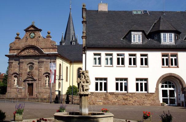 Gemeinde Großenlüder - Kirche und Rathaus