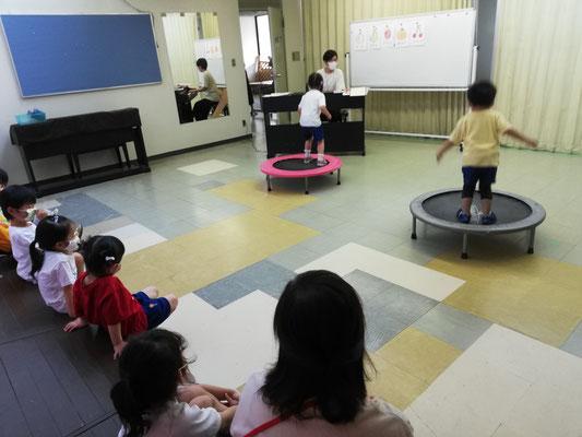 幼稚園リトミック 数と拍 どれみLABO トランポリン