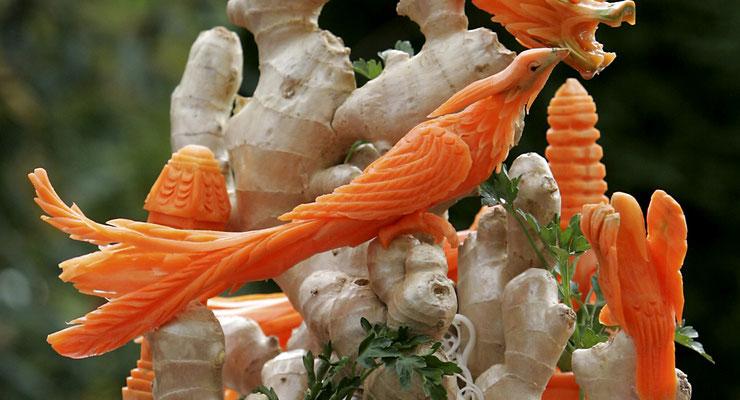 Kunstvoller Vogel aus Karotten