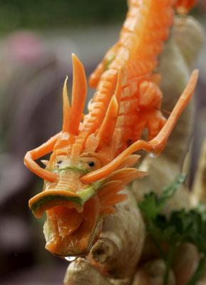 Geschnitzter Drache aus Karotten