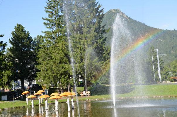 27 Regenschirmbrunnen mit Regenbogen