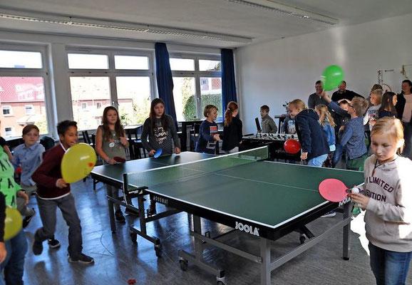 Lehrtes Bürgermeister Klaus Sidortschuk probiert mit den Schülern die Rückzugsecken im neuen Ruheraum aus. Quelle: Katja Eggers