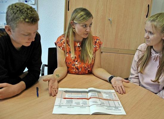 Ina Tatje (Mitte) berät die Zehntklässler Kian Aselmann und Nina Rühmann. Quelle: Patricia Oswald-Kipper