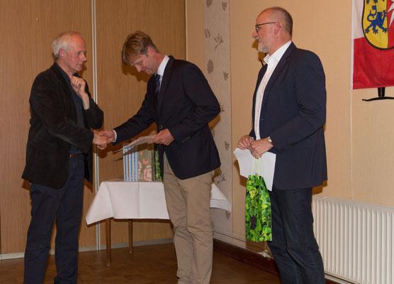 Fritz Gradert wird für 25 Jahre Mitgliedschaft ausgezeichnet.