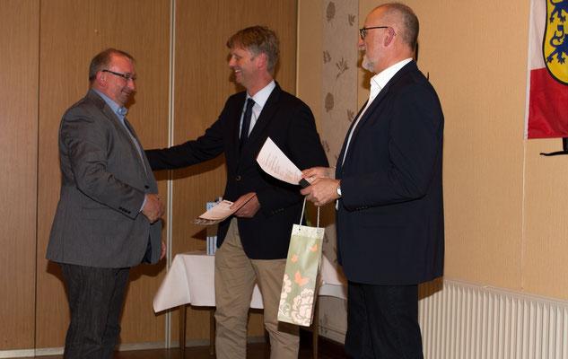 Rainer Hauschild wird für 25 Jahre Mitgliedschaft ausgeteichnet.