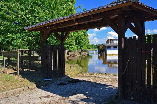 Das Tor ist weg - Wasserstand ist deutlich zu erkennen...